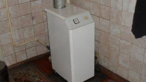 Одноконтурный газовый котел рядом со стеной