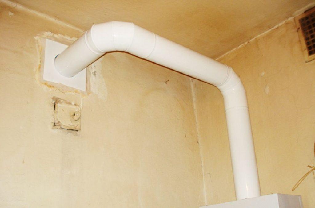 белая вентиляционная труба газовой колонки
