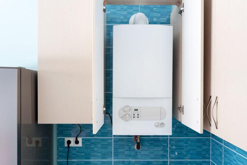 газовая колонка в синей ванной