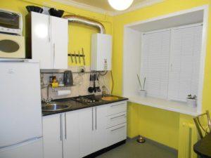колонка в желтой кухне